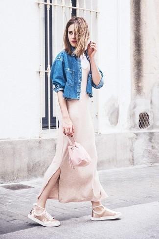 Как и с чем носить: синяя джинсовая куртка, бежевое вязаное платье-макси, золотые кожаные низкие кеды, розовая кожаная сумка-мешок