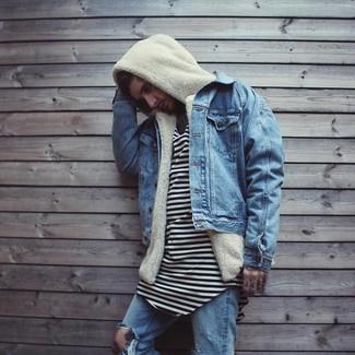 Как и с чем носить: синяя джинсовая куртка, бежевый флисовый худи, бело-черная футболка с круглым вырезом в горизонтальную полоску, синие рваные джинсы