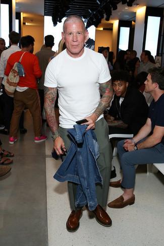Как Nick Wooster носит Синяя джинсовая куртка, Белая футболка с круглым вырезом, Оливковые брюки чинос, Коричневые кожаные оксфорды