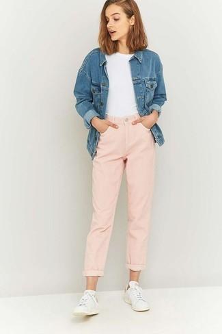 Женские луки: Синяя джинсовая куртка и розовые джинсы-бойфренды помогут создать легкий и практичный ансамбль для выходного в парке или торговом центре. Если говорить об обуви, белые низкие кеды будут замечательным выбором.