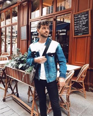 Как и с чем носить: синяя джинсовая куртка, белая футболка с круглым вырезом, черные джинсы, темно-коричневая сумка почтальона из плотной ткани с принтом