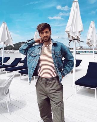 Как и с чем носить: синяя джинсовая куртка, бело-красная футболка с круглым вырезом в горизонтальную полоску, серые брюки карго