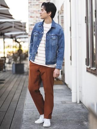 Как и с чем носить: синяя джинсовая куртка, бело-красная футболка с круглым вырезом в горизонтальную полоску, табачные брюки чинос, белые низкие кеды