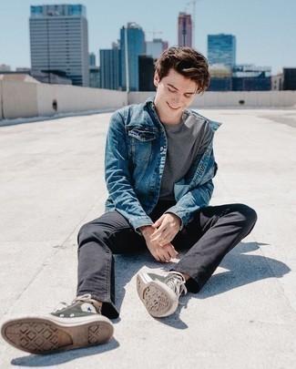 Модные мужские луки 2020 фото: Если в одежде ты ценишь комфорт и функциональность, попробуй это сочетание синей джинсовой куртки и черных джинсов. Чтобы привнести в ансамбль толику непринужденности , на ноги можно надеть оливковые высокие кеды из плотной ткани.