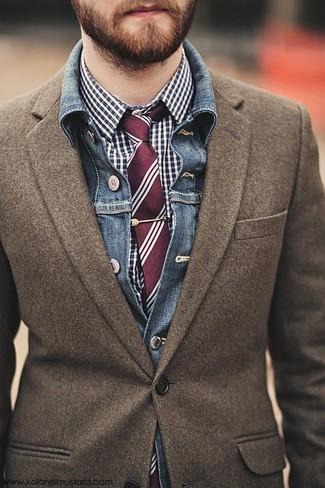 Как и с чем носить: синяя джинсовая куртка, коричневый шерстяной пиджак, темно-сине-белая классическая рубашка в мелкую клетку, темно-красный галстук в вертикальную полоску