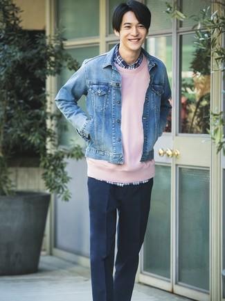 Как и с чем носить: синяя джинсовая куртка, розовый свитшот, темно-синяя рубашка с длинным рукавом в шотландскую клетку, темно-синие классические брюки