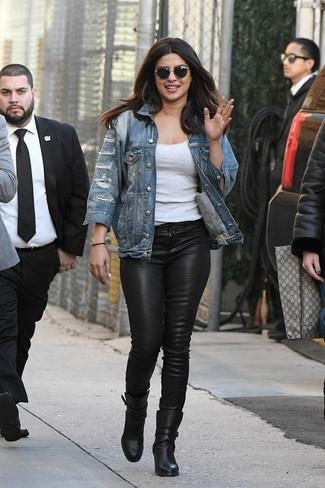 Как и с чем носить: синяя рваная джинсовая куртка, серая майка, черные кожаные джинсы скинни, черные кожаные ботильоны