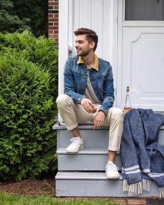 Как и с чем носить: синяя джинсовая куртка, серая футболка на пуговицах, бежевые брюки чинос, белые низкие кеды