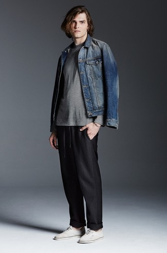 Синяя джинсовая куртка: с чем носить и как сочетать мужчине: Составив ансамбль из синей джинсовой куртки и черных спортивных штанов, можно уверенно идти на свидание с возлюбленной или мероприятие с приятелями в непринужденной обстановке. Белые низкие кеды из плотной ткани — идеальный вариант, чтобы закончить образ.