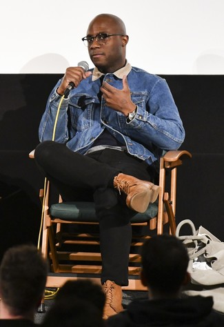 Как и с чем носить: синяя джинсовая куртка, серая футболка с круглым вырезом, черные брюки чинос, коричневые кожаные повседневные ботинки
