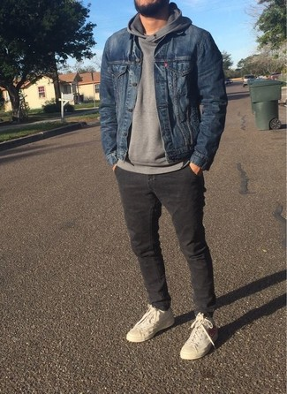 Как и с чем носить: синяя джинсовая куртка, серый худи, темно-серые брюки чинос, бежевые высокие кеды