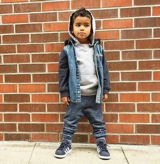 Как и с чем носить: синяя джинсовая куртка, серый худи, темно-серые спортивные штаны, темно-серые кеды