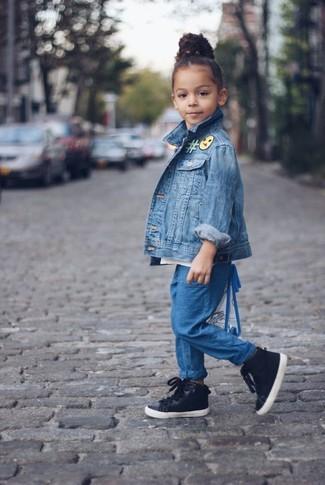 Как и с чем носить: синяя джинсовая куртка, синие брюки, черные кеды