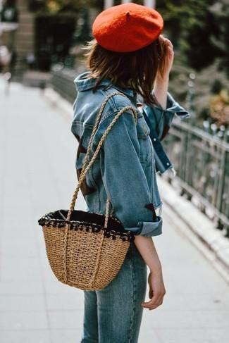 Как и с чем носить: синяя джинсовая куртка, синие джинсы, светло-коричневая соломенная большая сумка, красный берет