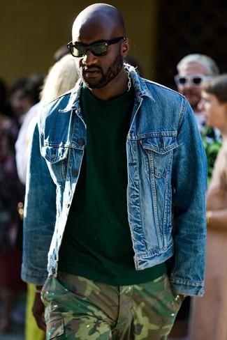 Как и с чем носить: синяя джинсовая куртка, темно-зеленая футболка с круглым вырезом, оливковые брюки карго с камуфляжным принтом, темно-зеленые солнцезащитные очки