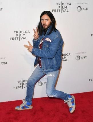 Как и с чем носить: синяя джинсовая куртка, темно-красный свитер с круглым вырезом с ромбами, синие рваные джинсы, синие кожаные высокие кеды