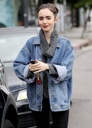 Как и с чем носить: синяя джинсовая куртка, темно-серый свитер с хомутом, черные джинсы скинни