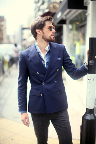 Как и с чем носить: синяя джинсовая куртка, темно-синий двубортный пиджак, белая рубашка с длинным рукавом, темно-серые шерстяные классические брюки в шотландскую клетку