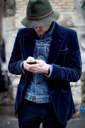 Как и с чем носить: синяя джинсовая куртка, темно-синий бархатный пиджак, темно-синие брюки чинос, темно-зеленая шерстяная шляпа