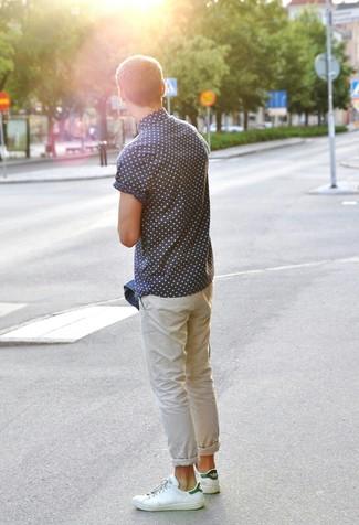 Бело-зеленые кожаные низкие кеды: с чем носить и как сочетать мужчине: Сочетание синей джинсовой куртки и бежевых брюк чинос поможет создать стильный мужской ансамбль. Создать интересный контраст с остальными составляющими этого образа помогут бело-зеленые кожаные низкие кеды.