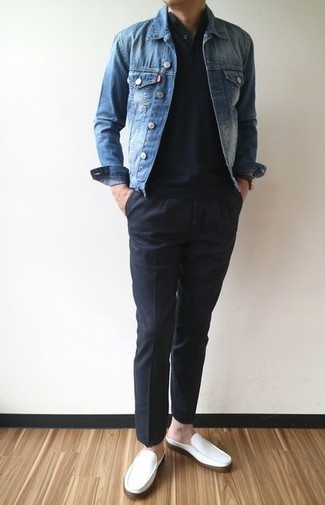 Как и с чем носить: синяя джинсовая куртка, черная футболка на пуговицах, черные брюки чинос, белые кожаные лоферы