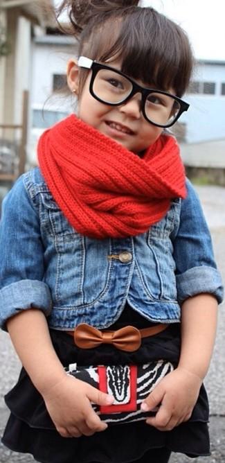 Как и с чем носить: синяя джинсовая куртка, черное платье, красный шарф
