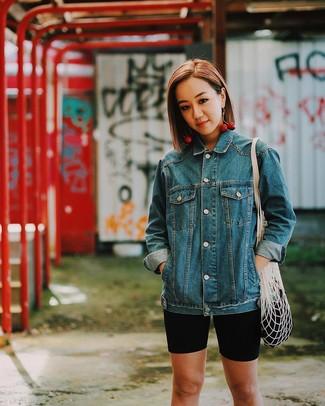 Как и с чем носить: синяя джинсовая куртка, черные велосипедки, белая большая сумка из плотной ткани, красные серьги