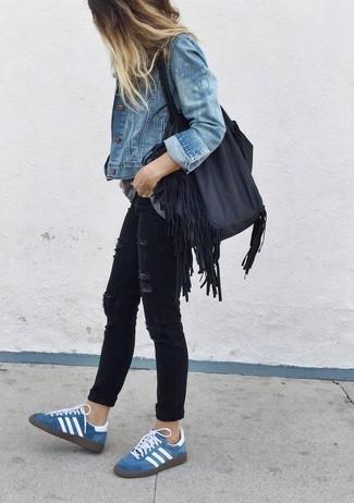 Поклонницам стиля casual должно понравиться сочетание синей джинсовой куртки и черных рваных джинсов скинни. Создать модный контраст с остальными вещами из этого образа помогут синие замшевые низкие кеды.