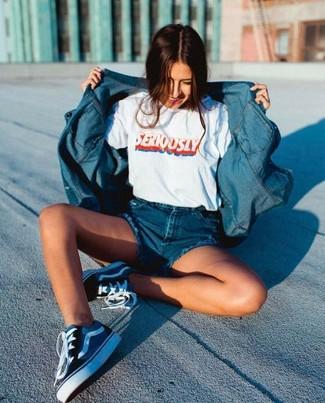 Как и с чем носить: синяя джинсовая рубашка, белая футболка с круглым вырезом с принтом, синие джинсовые шорты, темно-синие низкие кеды из плотной ткани