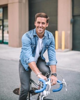 Как и с чем носить: синяя джинсовая рубашка, белая футболка с круглым вырезом, темно-серые зауженные джинсы, черные кожаные часы