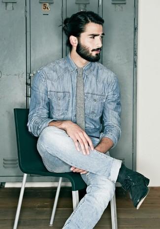 Как и с чем носить: синяя джинсовая рубашка, голубые джинсы, черные замшевые повседневные ботинки, серый шерстяной галстук