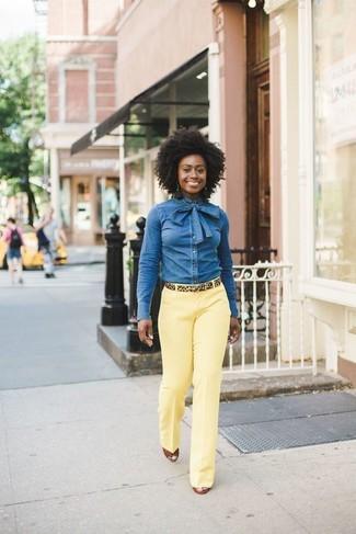 Как и с чем носить: синяя джинсовая рубашка, желтые классические брюки, табачные кожаные босоножки на танкетке, светло-коричневый замшевый ремень с леопардовым принтом