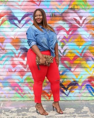 Как и с чем носить: синяя джинсовая рубашка, красные джинсы скинни, светло-коричневые кожаные босоножки на каблуке с леопардовым принтом, светло-коричневый замшевый клатч с леопардовым принтом