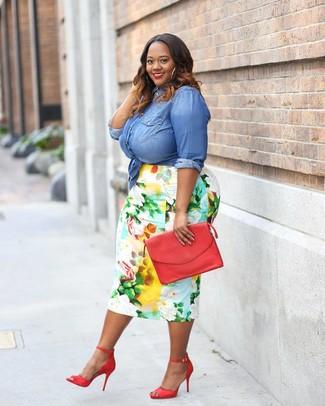 Как и с чем носить: синяя джинсовая рубашка, разноцветная юбка-карандаш с цветочным принтом, красные кожаные босоножки на каблуке, красный кожаный клатч