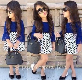 Как и с чем носить: синяя классическая рубашка, белая юбка в горошек, черные балетки