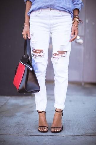 Как и с чем носить: синяя классическая рубашка в вертикальную полоску, белые рваные джинсы-бойфренды, черные кожаные босоножки на каблуке, красно-черная кожаная большая сумка