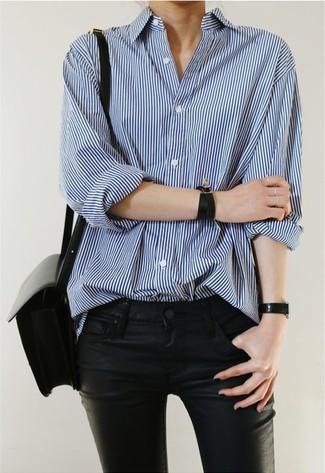 Сочетание синей классической рубашки в вертикальную полоску и черных кожаных джинсов поможет создать интересный образ в стиле кэжуал.
