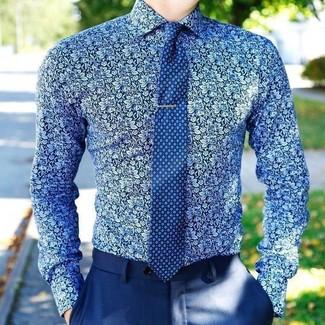 Как и с чем носить: синяя классическая рубашка с цветочным принтом, синие классические брюки, синий галстук с принтом