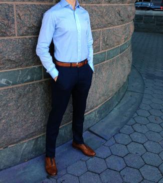 синяя классическая рубашка в паре с темно-синими брюками чинос поможет выразить твою индивидуальность и выделиться из толпы. Очень стильно здесь будут смотреться светло-коричневые кожаные оксфорды.