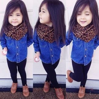 Как и с чем носить: синяя джинсовая классическая рубашка, черные леггинсы, коричневые оксфорды, коричневый шарф