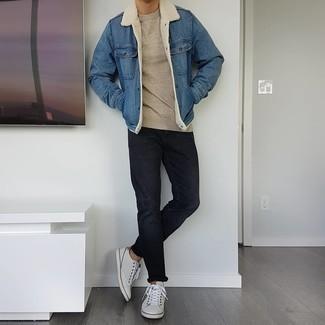 С чем носить бежевый свитер с круглым вырезом мужчине: Бежевый свитер с круглым вырезом и черные джинсы чудесно подходят для создания городского лука на каждый день. Белые кожаные низкие кеды — великолепный выбор, чтобы закончить лук.