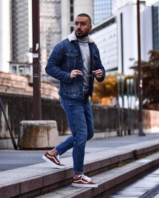 Как и с чем носить: синяя джинсовая короткая дубленка, серая шерстяная водолазка, синие рваные джинсы, табачные замшевые низкие кеды