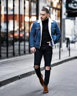 С чем носить синюю джинсовую короткую дубленку мужчине: Синяя джинсовая короткая дубленка и черные рваные зауженные джинсы позволят создать несложный и практичный ансамбль для выходного в парке или вечера в пабе с друзьями. И почему бы не добавить в этот лук на каждый день немного изысканности с помощью коричневых замшевых ботинок челси?