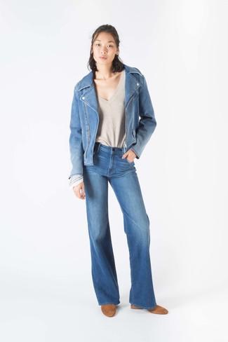 Как и с чем носить: синяя джинсовая косуха, бежевый свитер с v-образным вырезом, синие джинсы-клеш, светло-коричневые замшевые ботильоны
