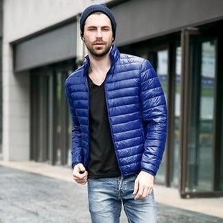Как и с чем носить: синяя куртка-пуховик, черная футболка с v-образным вырезом, синие джинсы, темно-синяя шапка