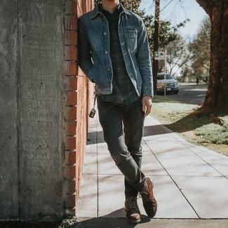 С чем носить темно-сине-зеленую рубашку с длинным рукавом в шотландскую клетку мужчине: Темно-сине-зеленая рубашка с длинным рукавом в шотландскую клетку и серые джинсы надежно закрепились в гардеробе современных молодых людей, позволяя составлять неприевшиеся и стильные ансамбли. Этот образ обретет свежее прочтение в сочетании с коричневыми замшевыми повседневными ботинками.