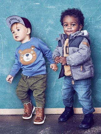 Как и с чем носить: синяя куртка, светло-коричневый свитер, синие джинсы, черные кеды