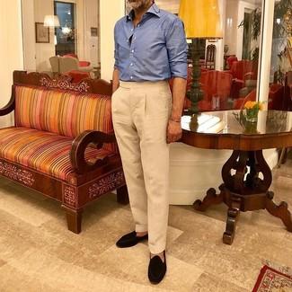 Как и с чем носить: синяя рубашка с длинным рукавом, бежевые классические брюки, черные замшевые лоферы с кисточками