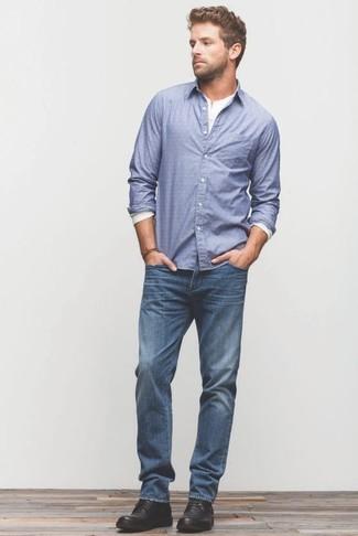 Как и с чем носить: синяя рубашка с длинным рукавом, белая лонгслив с горловиной на пуговицах, синие джинсы, черные кожаные ботинки дезерты