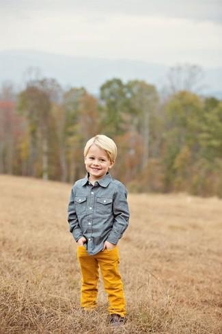 Как и с чем носить: синяя рубашка с длинным рукавом из шамбре, оранжевые брюки, темно-коричневые ботинки дезерты